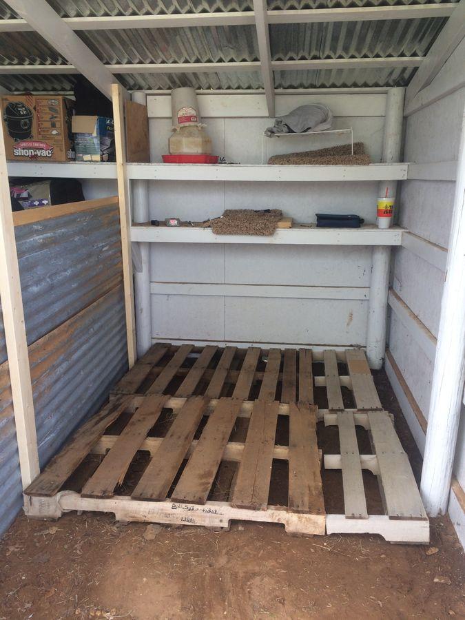 Pallet floor for chicken coop
